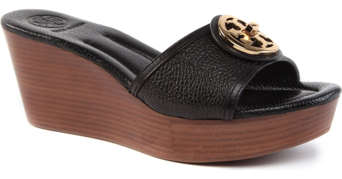 e67e41fab2d7 Tory Burch Selma Leather Wedge Sandals in Black - Lyst