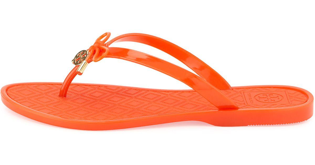 0fcda4147de4b9 Lyst - Tory Burch Jelly Bow Logo-Charm Thong Sandals in Orange