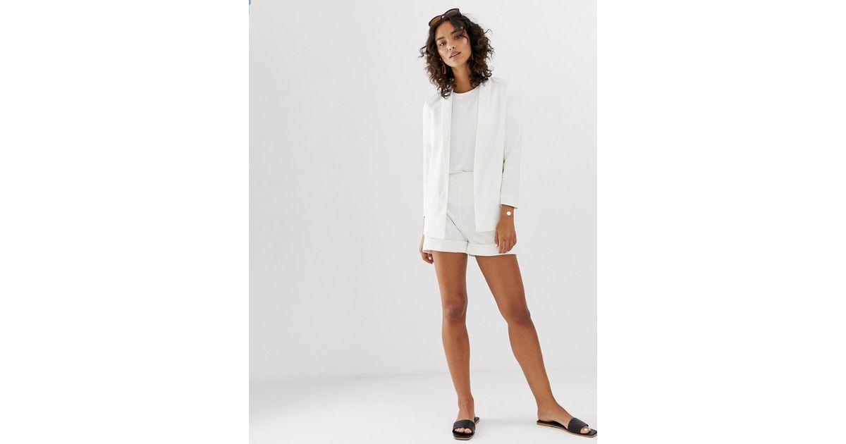 448ce3dff2 Pantalones cortos de sastre en blanco Aware de Vero Moda de color Blanco -  Lyst