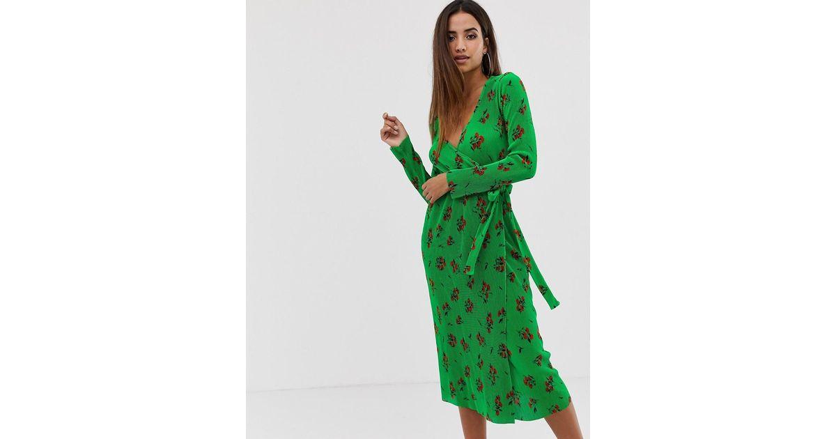 5c0e3ae005 Vestido midi cruzado y plisado con estampado floral verde de ASOS de color  Verde - Lyst
