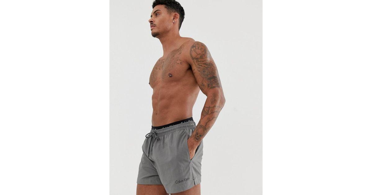 Calvin Klein Kurze Badeshorts mit doppeltem Bund in Gray für Herren