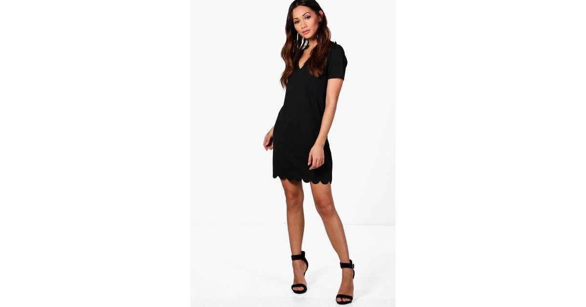 9b0e694104dc Boohoo Petite Scallop Hem Plunge Shift Dress in Black - Lyst