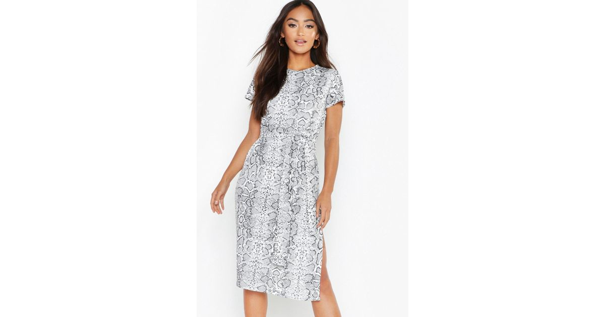 18b7377836ef Boohoo Petite Snake Print Belted Midi Dress in White - Lyst