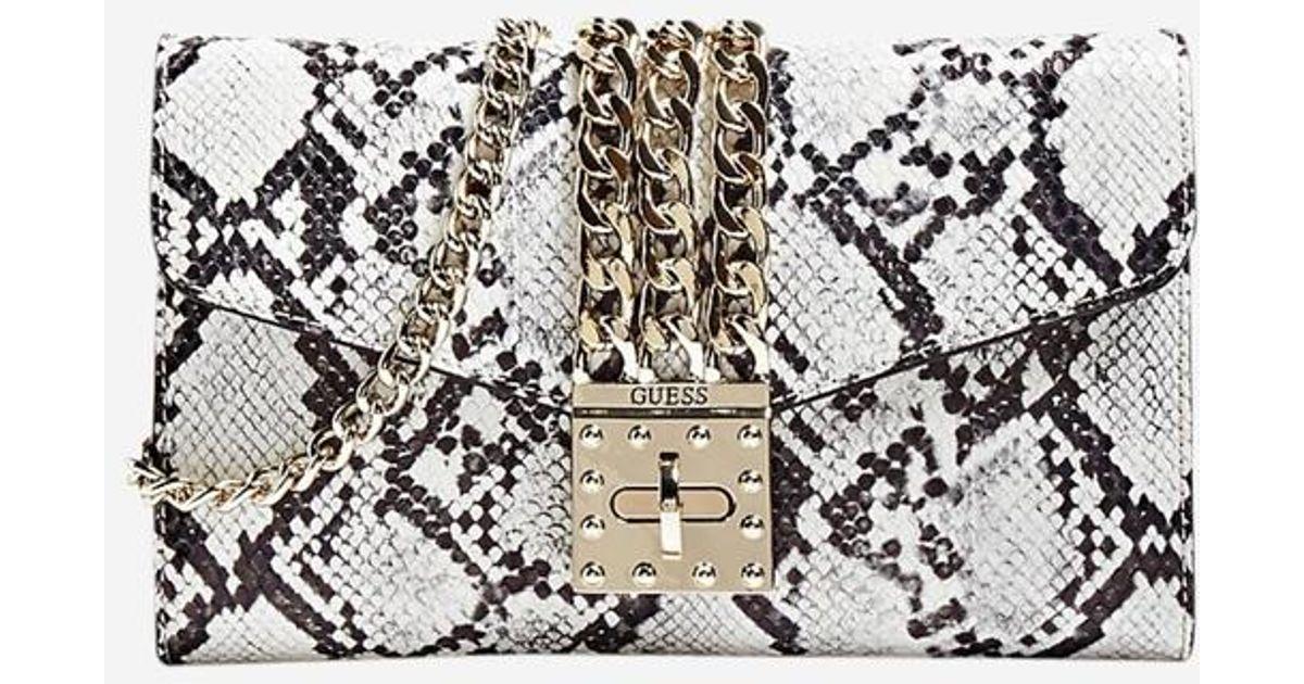 42471537a6 Sac pochette Prisma imprimé serpent Guess en coloris Gris - Lyst