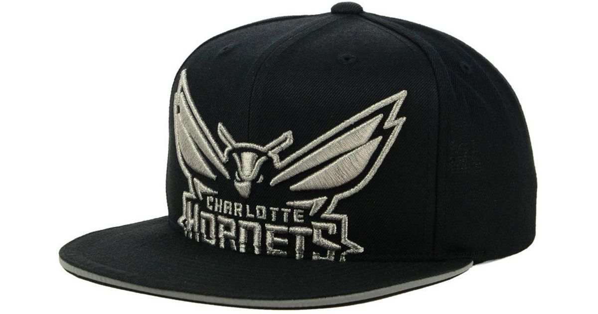 the latest 81ce4 4a458 Lyst - Mitchell   Ness Charlotte Hornets Cropped Metallic Snapback Cap in  Black for Men