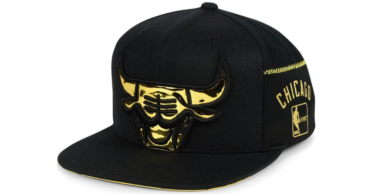 size 40 f10bf c369a Mitchell   Ness Chicago Bulls Patent Cropped Snapback Cap in Black for Men  - Lyst