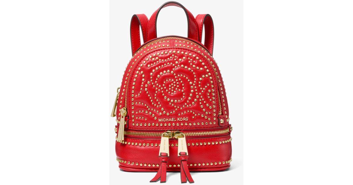1d4438fb623 Lyst - Mochila Rhea Mini De Piel Con Tachuelas Con Motivo De Rosa Michael  Kors de color Rojo