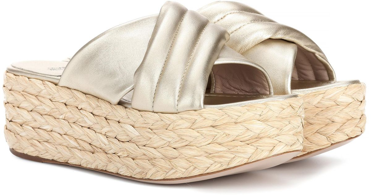 a2b0ca03721 Lyst - Stuart Weitzman Pufftopraffia Leather Platform Sandals in Metallic