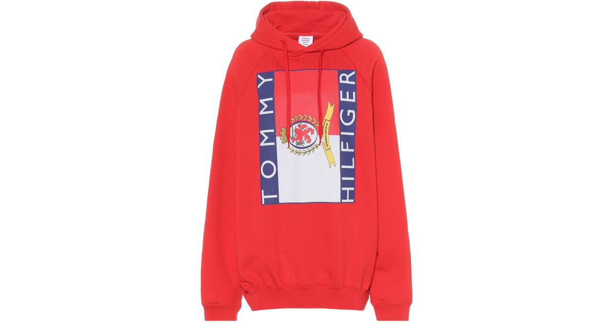 Sweat shirt à capuche en coton imprimé x Tommy Hilfiger Vetements en coloris Red