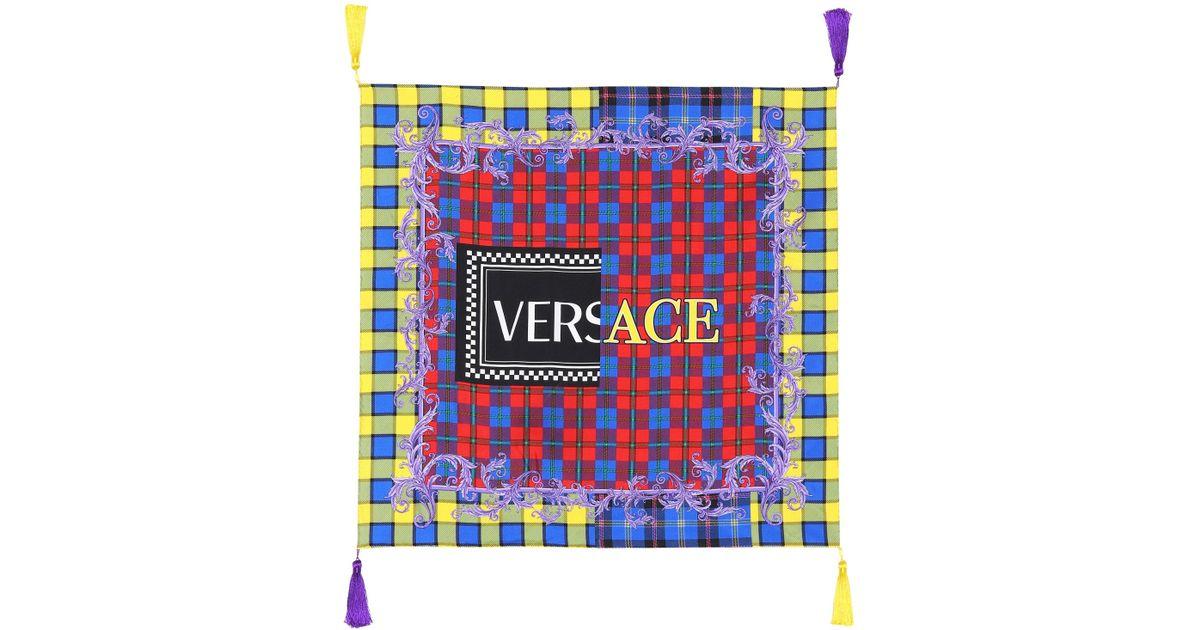 Lyst - Exclusivité Mytheresa - Foulard en soie imprimée Versace en coloris  Bleu 230cab3aefa