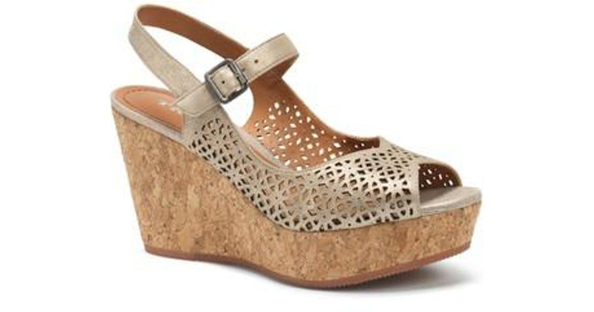 Trask Patti Metallic Suede Laser Cut Perforated Platform Sandals GoRxBHL6A