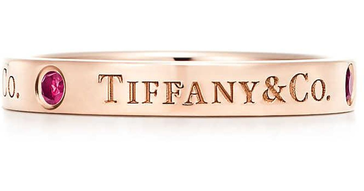 Tiffany & Co band ring in 18c rose gold with rubies, 3 mm wide - Size 5 1/2 Tiffany & Co.