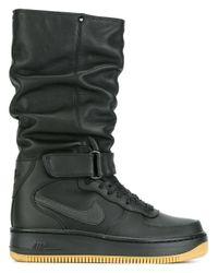 lyst nike air force 1 upstep guerriero scarpe in nero per gli uomini.