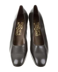 Ferragamo - Gray Leather Round-toe Pumps - Lyst