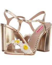 Betsey Johnson Sedona Flower Applique Metallic Block Heel Sandals PfsBzP0R