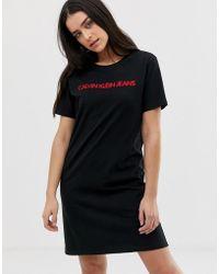 Calvin Klein Vestido estilo camiseta con logo bordado