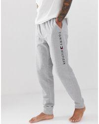93226ef471b Tommy Hilfiger - Joggers con detalle de la marca en la pernera en gris de -