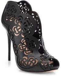 Alexander McQueen Cutout Leather Booties black - Lyst