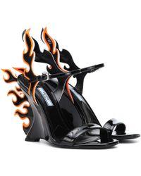 7c5fdbdd0cf Prada - Sandales 100 Flame compensées en cuir verni - Lyst