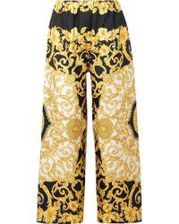 4ccef6784a7 Versace - Pantalon Large Raccourci En Charmeuse De Soie Imprimée - Lyst