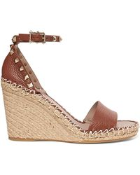 7e51e65ab6f1 Valentino - Garavani The Rockstud Textured-leather Espadrille Wedge Sandals  - Lyst