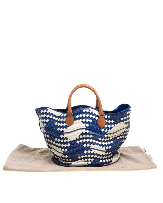26bc0ad5da ... Bottega Veneta - Blue  white Intrecciato Leather Bucket Bag - Lyst ...