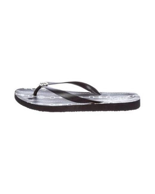 47a618138c96 Tory Burch - Metallic Rubber Thong Sandals Black - Lyst ...