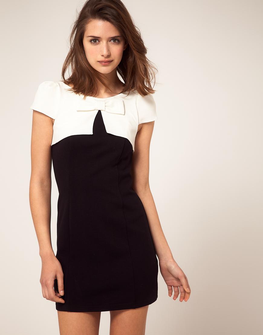 Платье белое с черным на модели