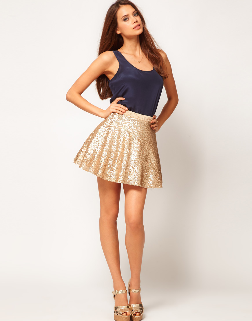 Our shimmering gold metallic fringed table skirt will add sparkle to your soiree with a gold color scheme. Perfect for Graduations, 50th wedding anniversaries or maybe just that elegant gold party.