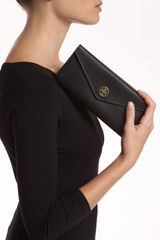 Tory Burch Robinson Envelope Wallet in Black - Lyst