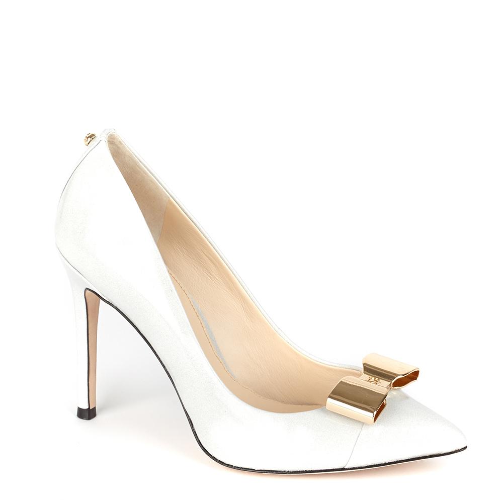 Белые туфли в этом сезоне представили Chanel, Givenchy, Stella McCartney, Victoria Beckham, Calvin Klein