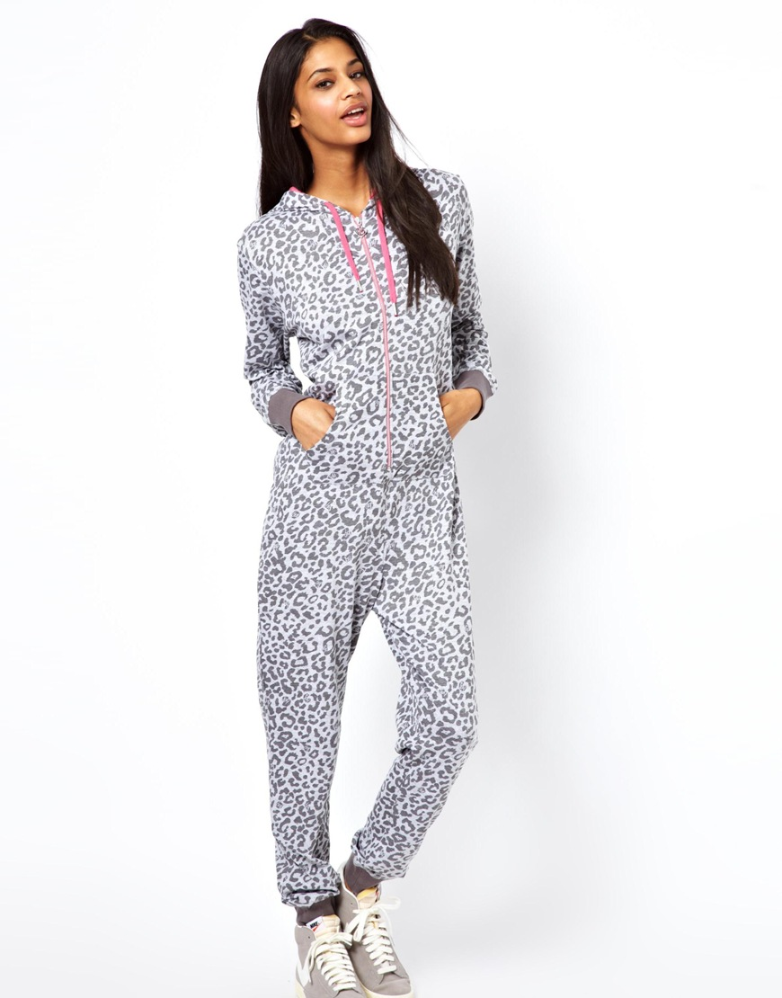 Discover New Look's line of women' nightwear, with pyjama tops & bottoms, dressing gowns and slippers, for a relaxing night's sleep. Free delivery available.
