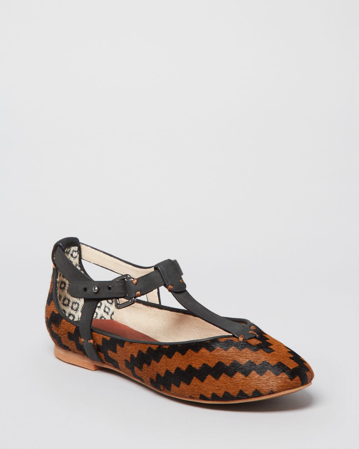 Tribal Print Flates - Comfy ballet flats that are perfect for everyday use. Size 7 1/2 but runs small. Slightly worn. #shoes #flats #tribalprint #blackandwhite #nice #cheap.