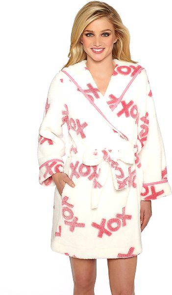 Betsey johnson luxe fleece robe in white lyst for Robes de mariage de betsey johnson