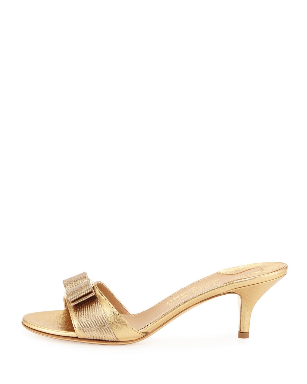 d3868cfdd8d27 Lyst - Ferragamo Glory Metallic Bow Slide Sandal in Metallic