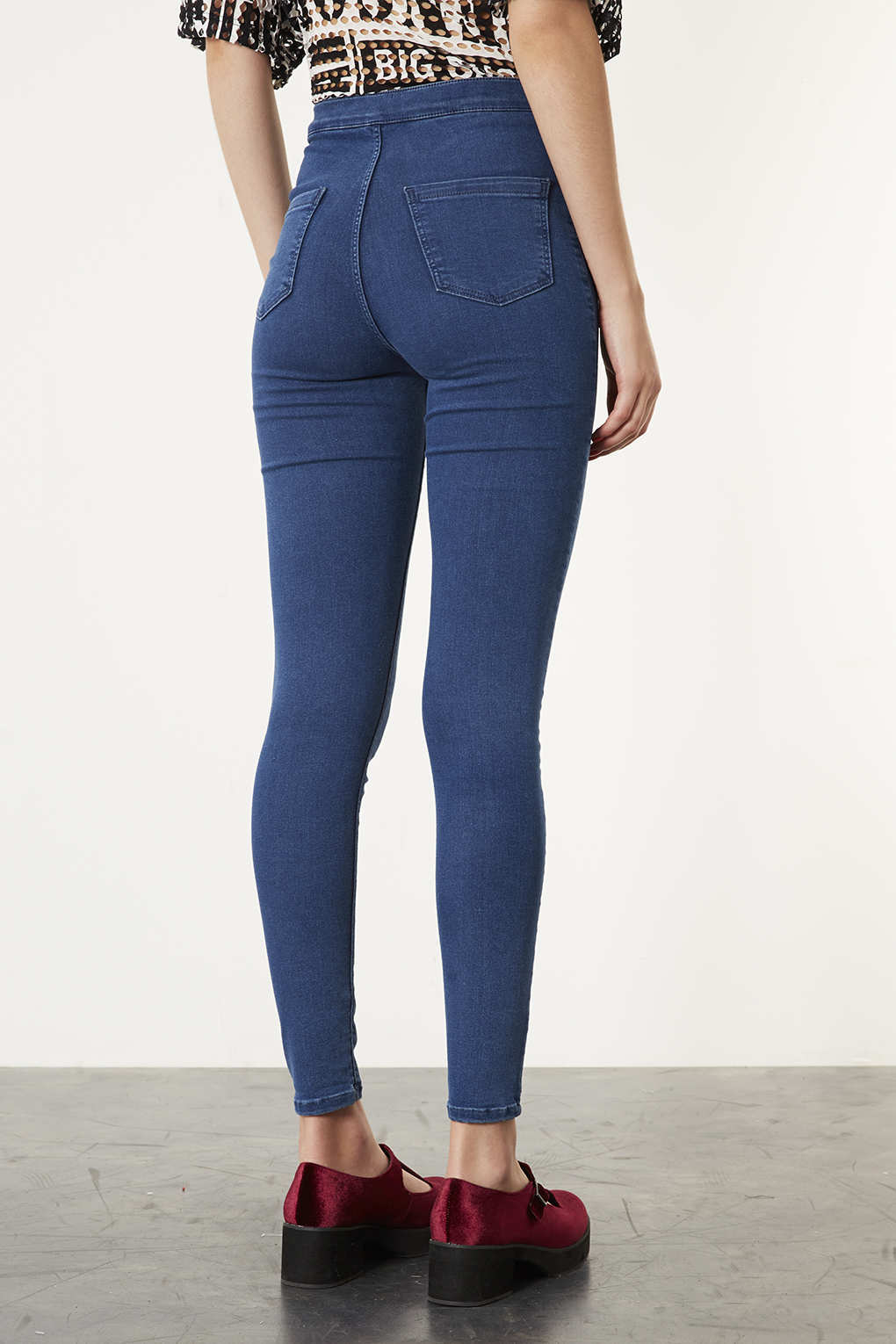 Take your style to the next level with a pair of high waist jeans from this inspired line by Gap. Blue jeans are classic American fashion, and they come in all sorts of shapes, cuts and washes, but there's something special about chic high rise jeans.