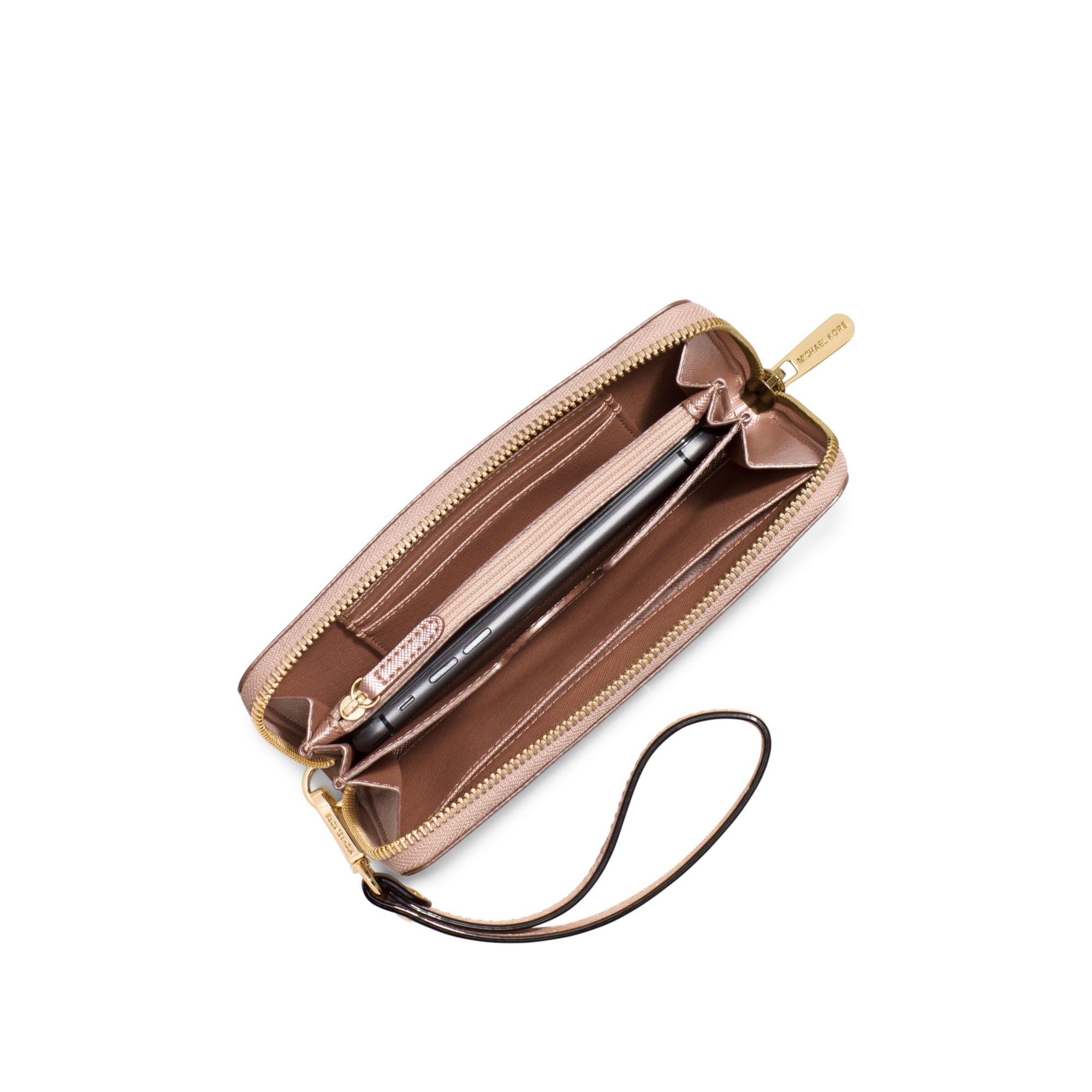 88af022145d0d7 Michael Kors Jet Set Large Patent-leather Smartphone Wristlet in ...