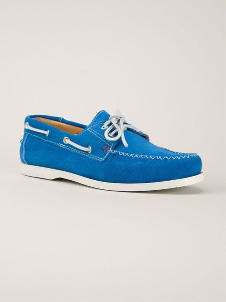 A true footwear staple, classic men's boat shoes boast laid-back influence and luxury craftsmanship for the ultimate versatility. A weekend staple for casual pairing or a dapper shoe to refine your formal wear, deck shoes are a timeless classic all-year round.