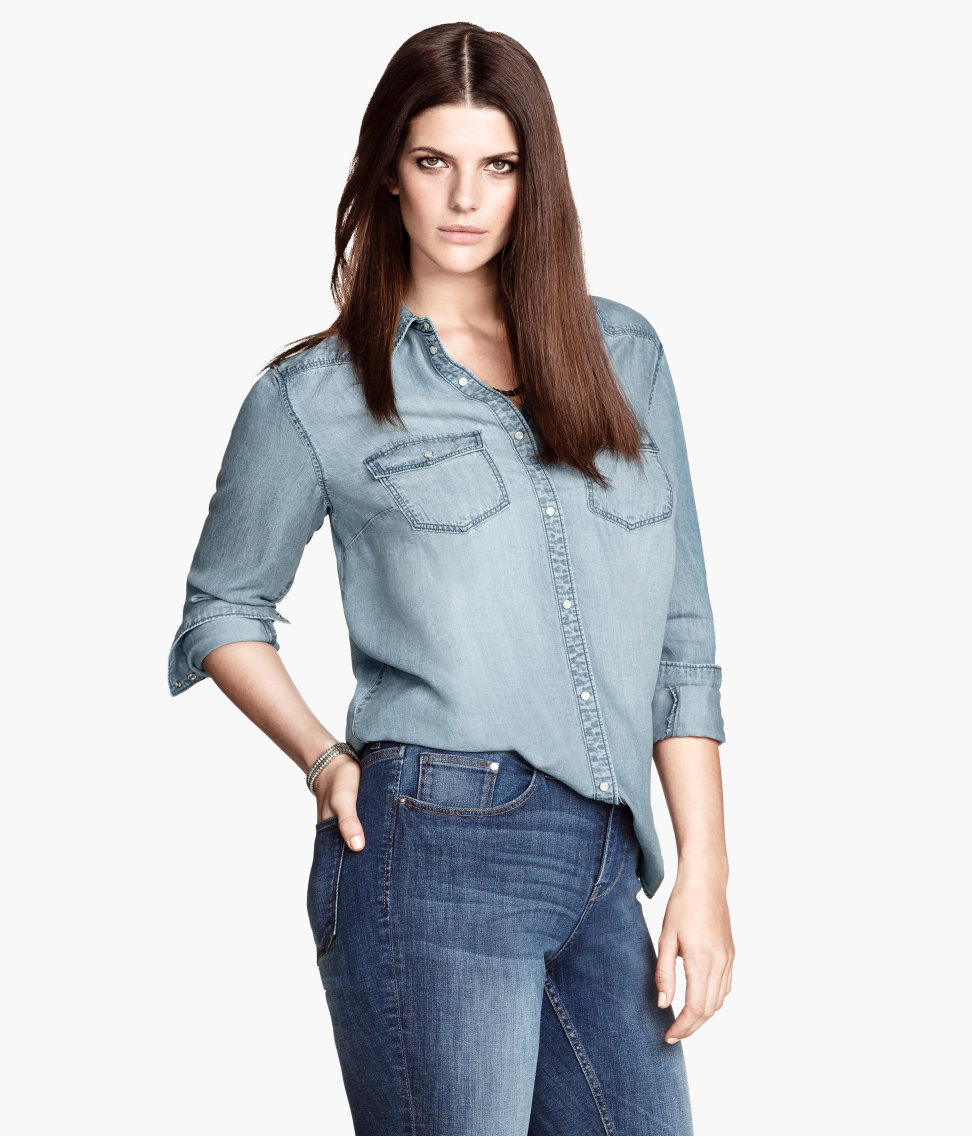 Straight-cut shirt in washed denim with hard-worn details, a collar, buttons down the front and an open chest pocket. Buttoned cuffs and a rounded hem.