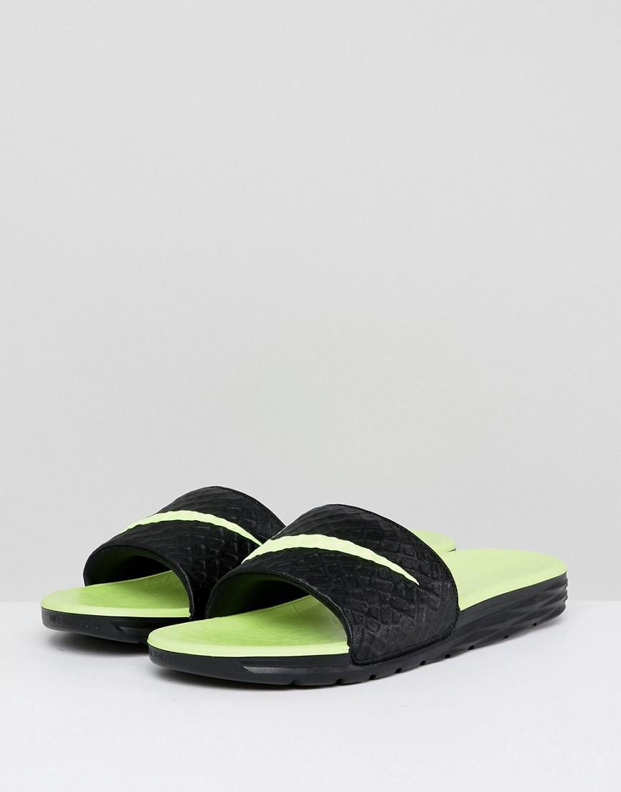 new product b7ac6 bced7 Nike. Benassi Solarsoft homme de coloris noir