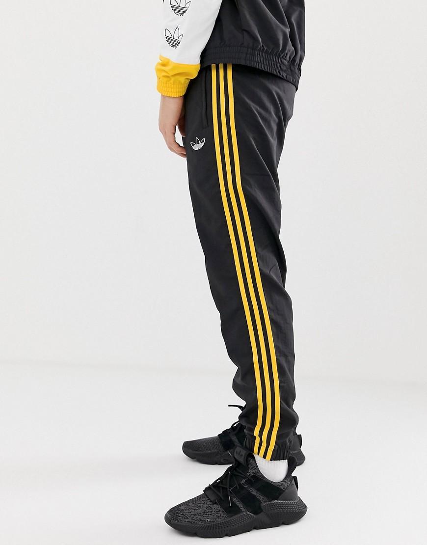 506d0233d26a8a adidas Originals. Herren Gewebte Jogginghose mit 3 Streifen in Schwarz ...