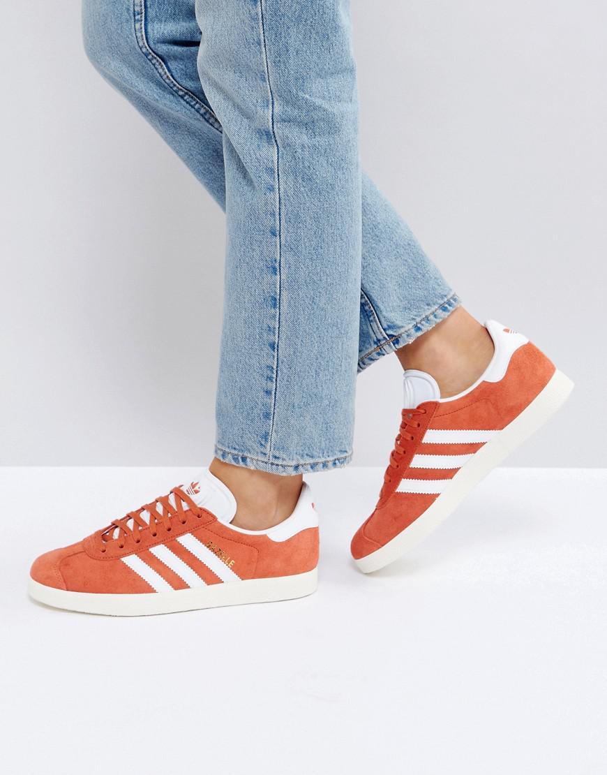 lyst adidas originali originali gazzella scarpe in arancione