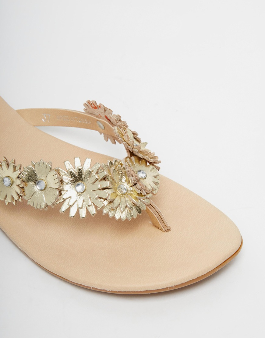 0d2f0594b9e0 Oasis Gold Flower Toe Post Flat Sandals in Metallic - Lyst