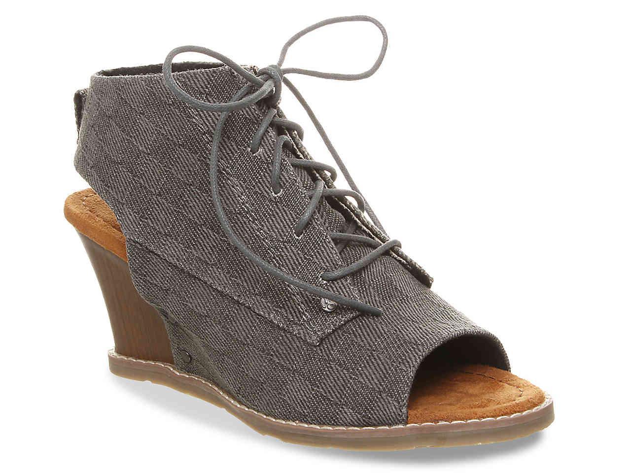 6877a5bd36 Lyst - BEARPAW Aracelli Wedge Sandal in Gray