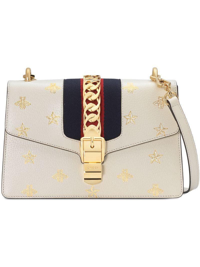 b2da1c57ec Gucci - White Sac à épaule Sylvie petite taille à motif abeilles et étoiles  - Lyst. Afficher en plein écran