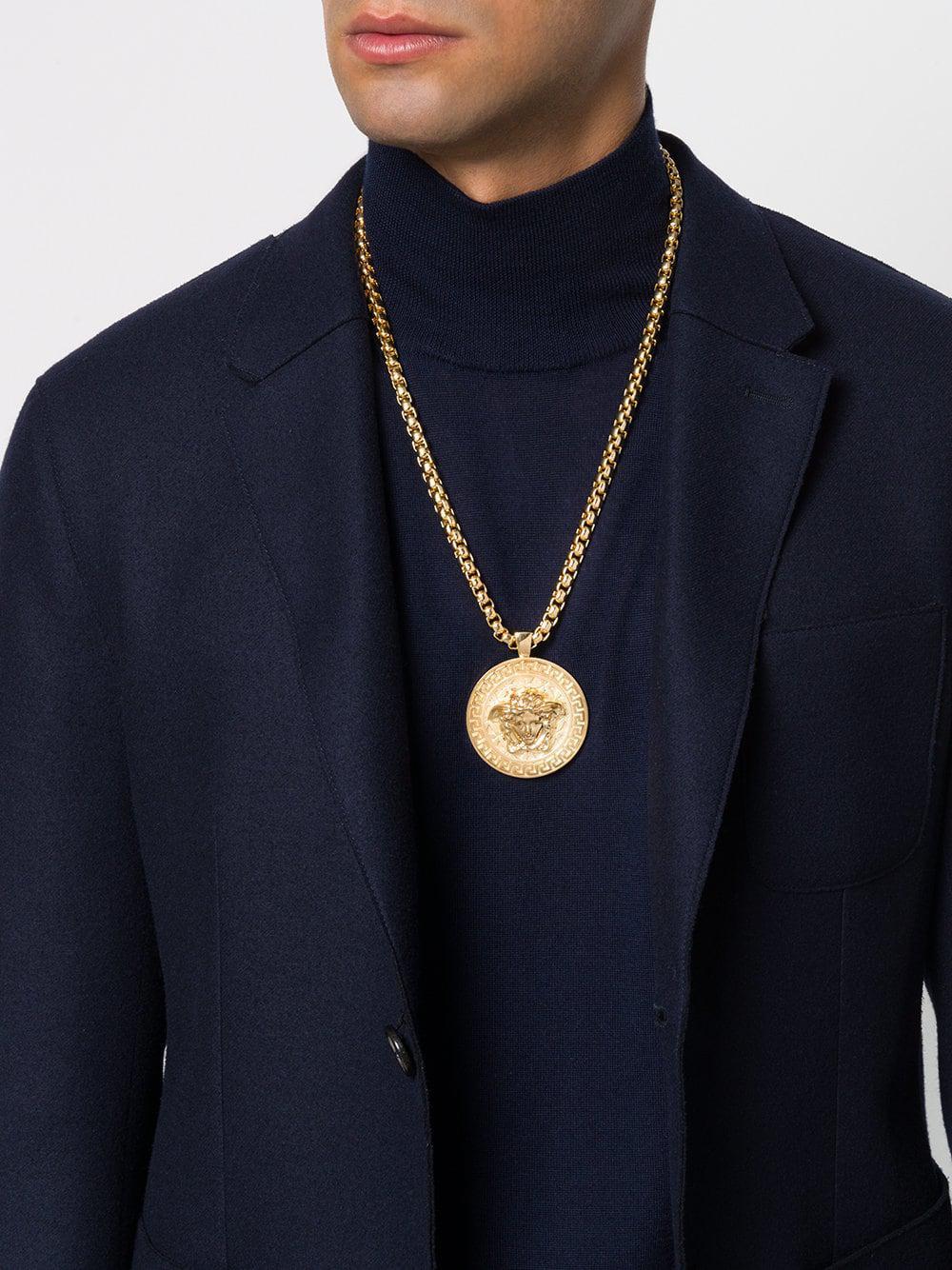 4e2abb8f73c8 Collar con colgante Greca Medusa Versace de hombre de color Metálico ...
