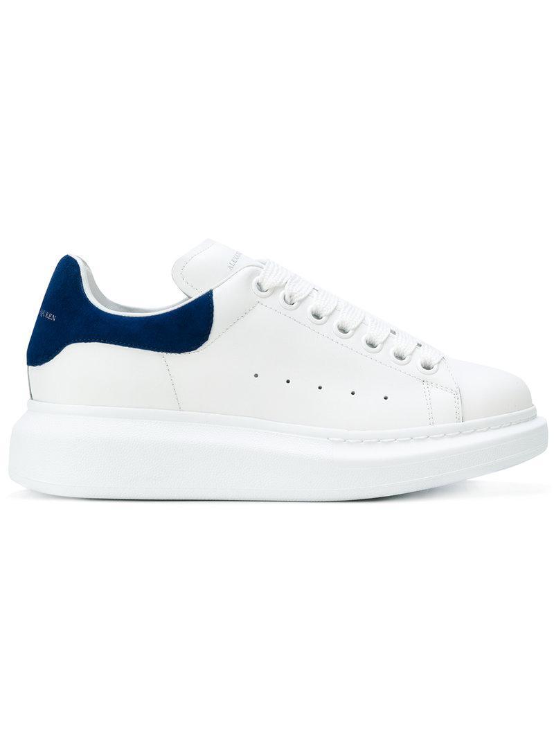 daab27329c6 Alexander McQueen. Zapatillas con suela gruesa de mujer de color blanco