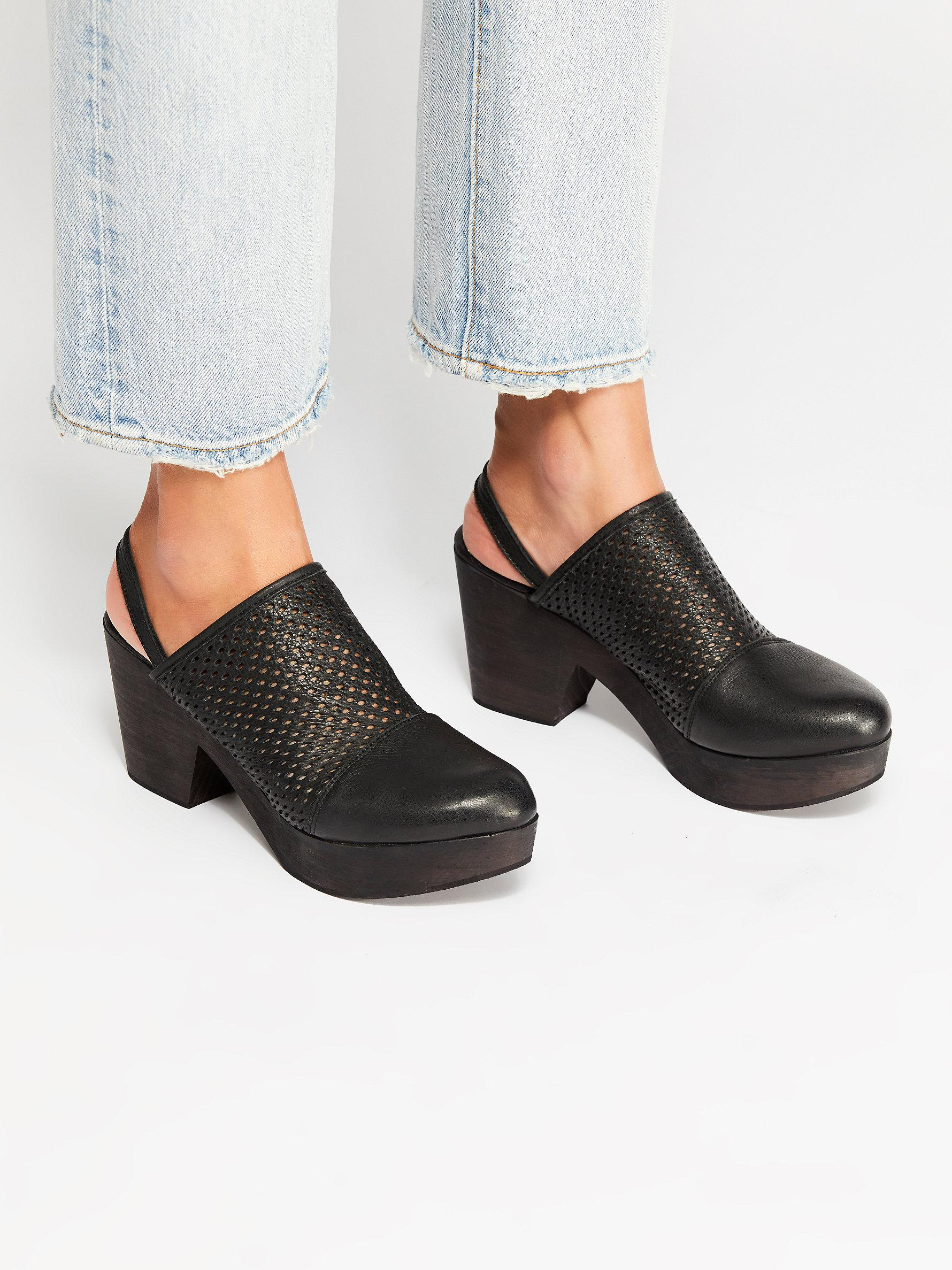 1f551a214a4 Free People Logan Clog By Fp Collection in Black - Lyst