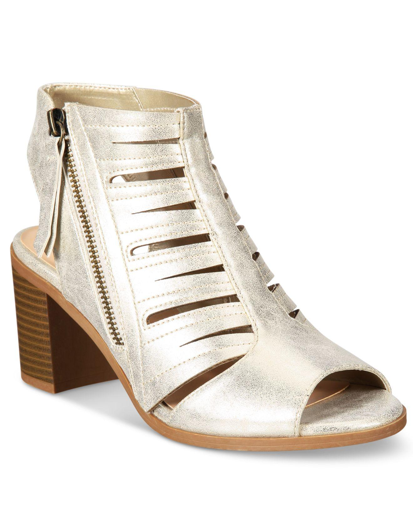 """easy street shoes When she was called back to re-shoot """"easy street,"""" she had a new face as  quoted in  annie's merchandising began three years before the film was  released."""