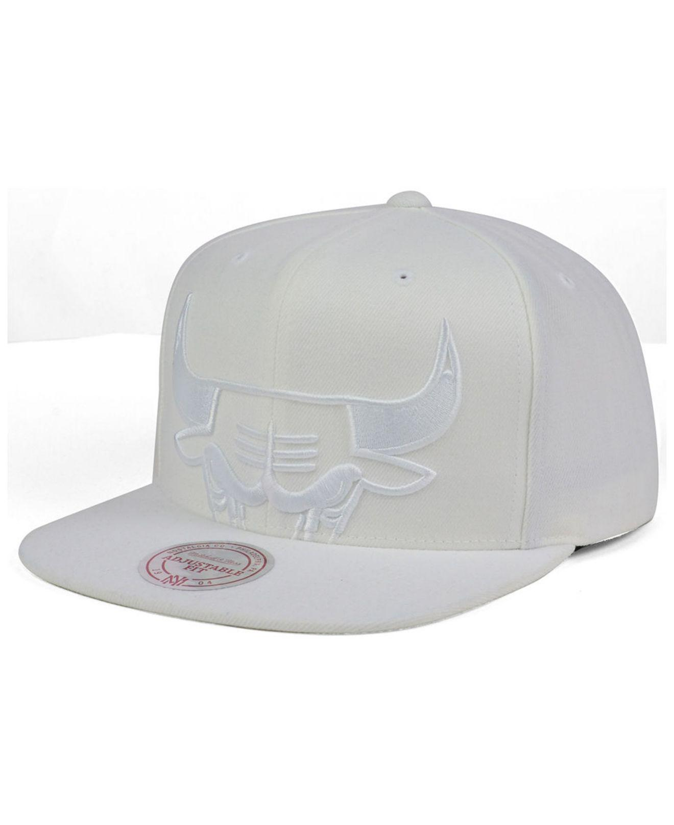 best service 88952 0d86d Mitchell   Ness - White Chicago Bulls Cropped Xl Logo Snapback Cap for Men  - Lyst. View fullscreen
